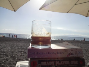 A cortado con hielo, Playa Enramada, and two book worms